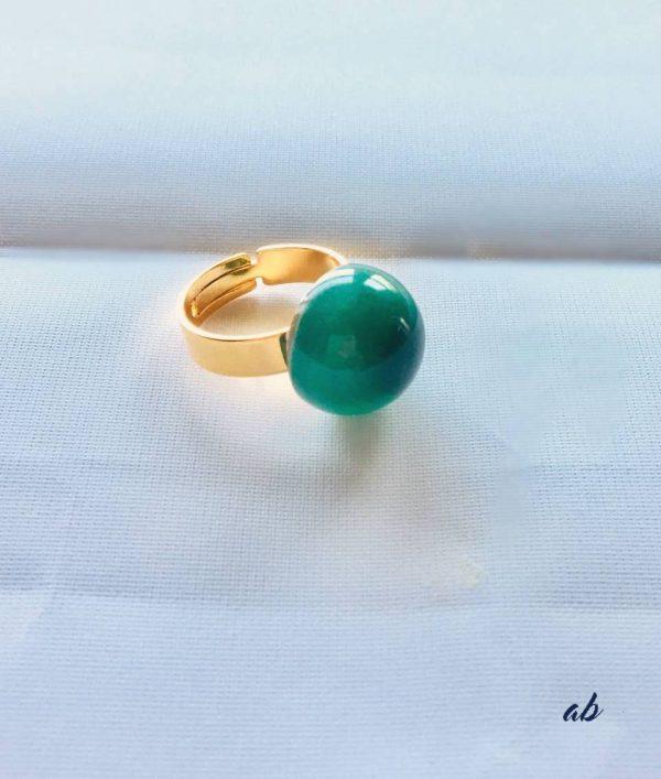 Bague en résine créée par adaval Bijoux. Ici la bague est montée avec une sphère verte avec des inclusions de poudre de nacre. Bijou unique . Fabriquée à Valenciennes.