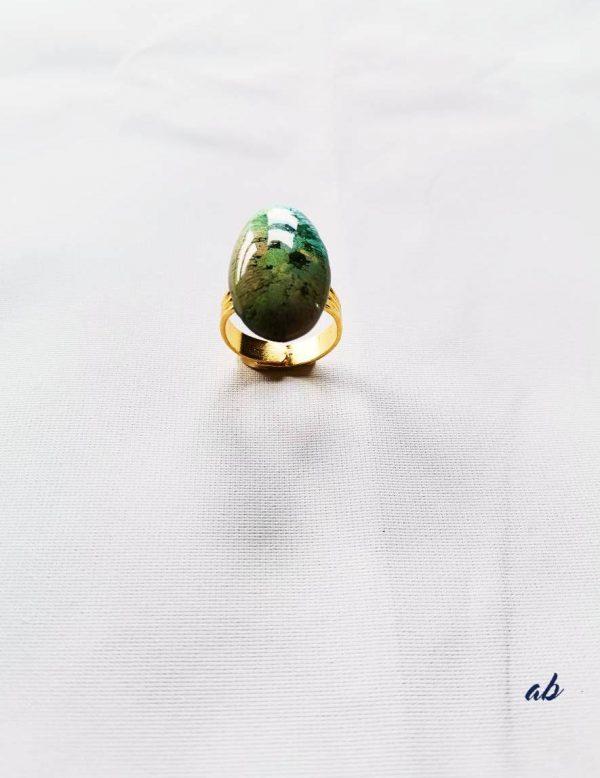 Bague Dominique en résine créée par adaval Bijoux. Ici la bague est de forme ovale . Bijou unique . Fabriquée à Valenciennes.