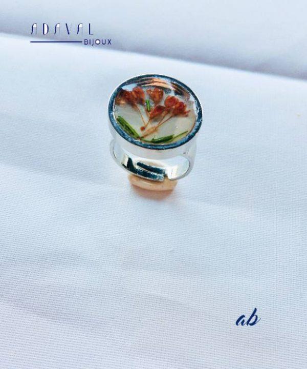 Bague fleur Laura en résine avec une inclusion de vraies fleurs séchées. Fabrication artisanale par Adaval Bijoux.