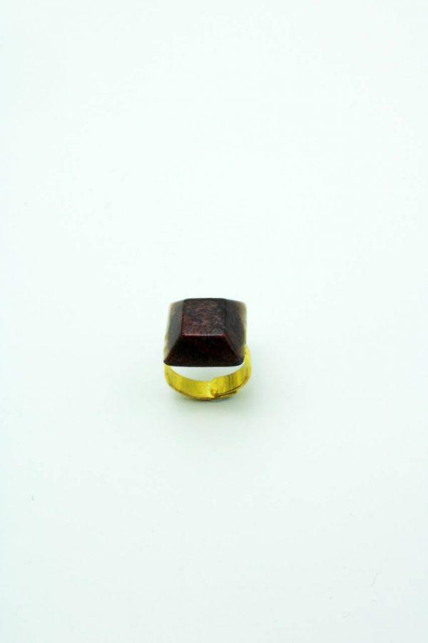 Bague en créée par Adaval bijoux. Bijou unique avec une inclusion de poudre de nacre. La couleur est rouge Bordeau. Made in France.