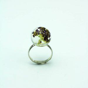 Bague fleur Céline en résine avec une inclusion de vraies fleurs séchées violettes. Fabrication artisanale par Adaval Bijoux.