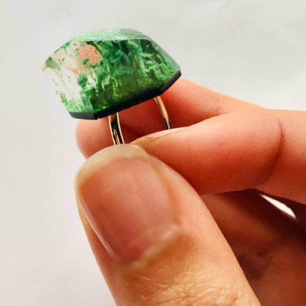 Bague en plaqué or par Adaval Bijoux. Bijou en résine vert avec à l'intérieur un effet d'explosion. Pièce unique, fait-main dans les hauts de France