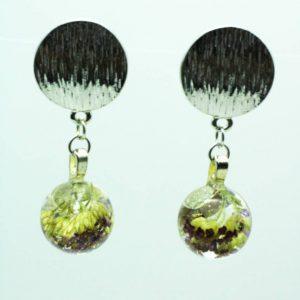 Boucles d'oreilles fleur Céline par Adaval Bijoux, Ici les boucles d'oreilles sont en résine de forme sphère et inclusion de fleurs séchées