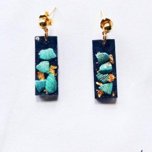 Boucles d'oreilles Chloé en résine avec inclusion de coquillages et feuilles d'or. Par ADAVAL BIJOUX, savoir faire français en Hauts de France.