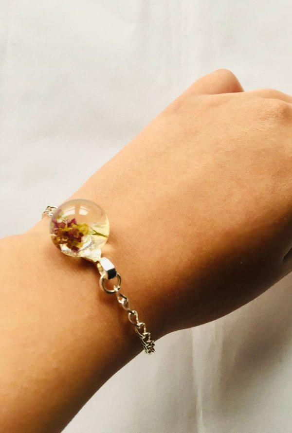 Bracelet fleur Céline par Adaval Bijoux, porté