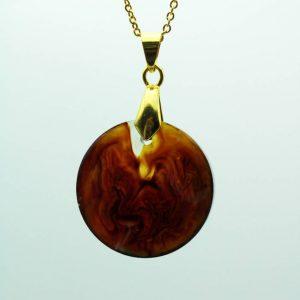 Pendentif en résine pour femme plaqué or créé par Adaval Bijoux. Ici le pendentif est de forme ronde, rouge avec un décor marbré.