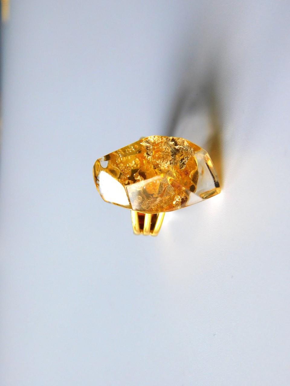 Bague en résine jaune avec feuille d'or , bijoux en résine unique d'ADAVAL BIJOUX