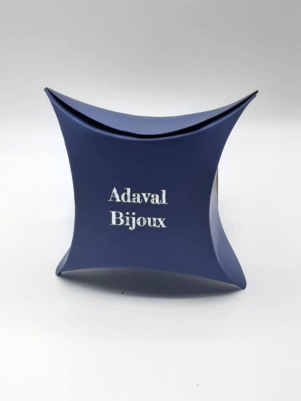 Photo des boites d'emballage en carton recyclable avec le logo d'ADAVAL Bijoux