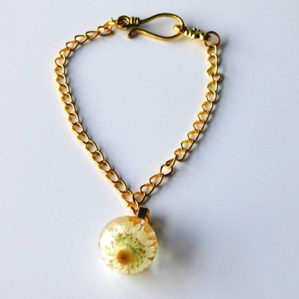 Bracelet femme en résine avec inclusion de fleur blanche. Création Adaval Bijoux.