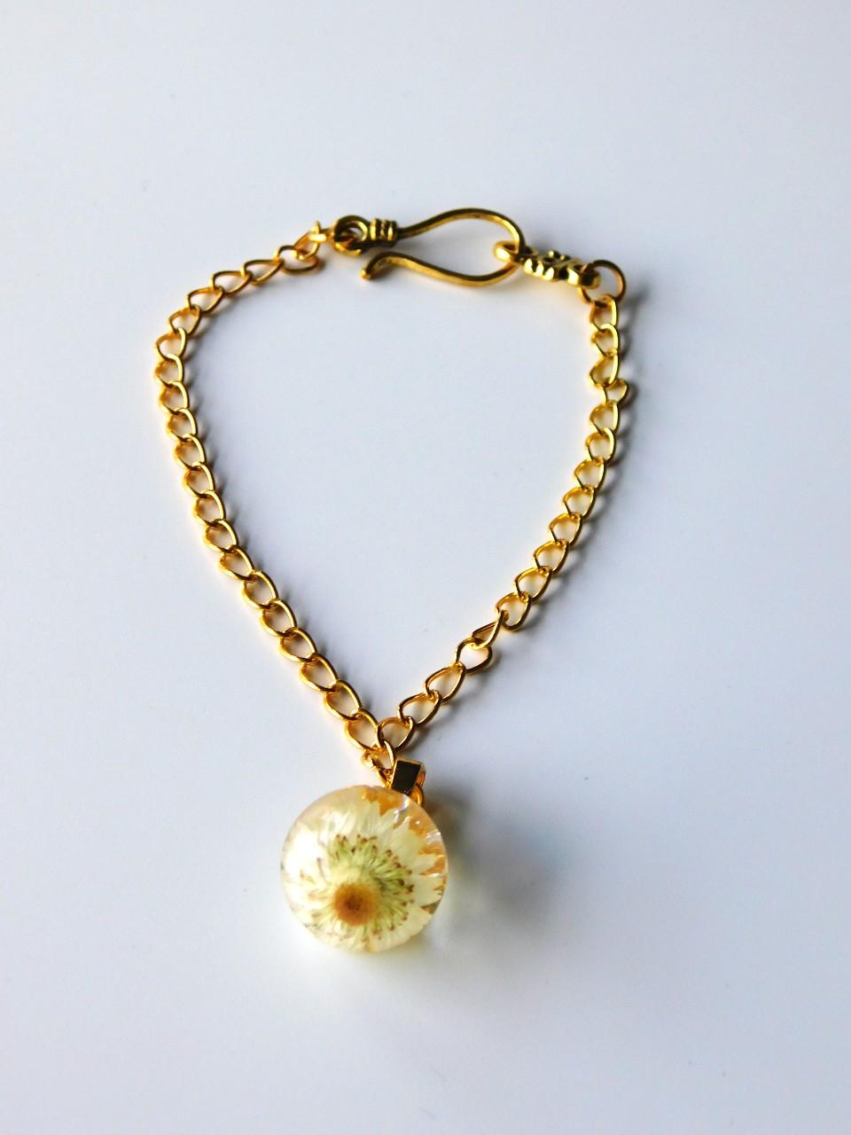 Bracelet résine avec inscrustation de fleurs blanches made in France par Adama Valentini
