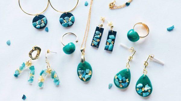 Ensemble de bijoux-résine avec inclusion de coquillage et de feuilles d'or. Création d'Adaval Bijoux à Valenciennes.