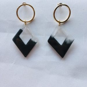 Boucles d'oreilles en résine noir et transparent en forme de losange par ADAVAL BIJOUX, savoir faire français en Hauts de France