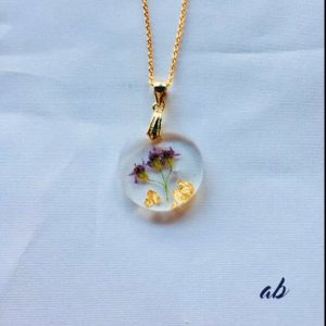 Pendentif Anaïs à fleurs violettes avec des feuilles d'or. Fabriqué par Adaval Bijoux.