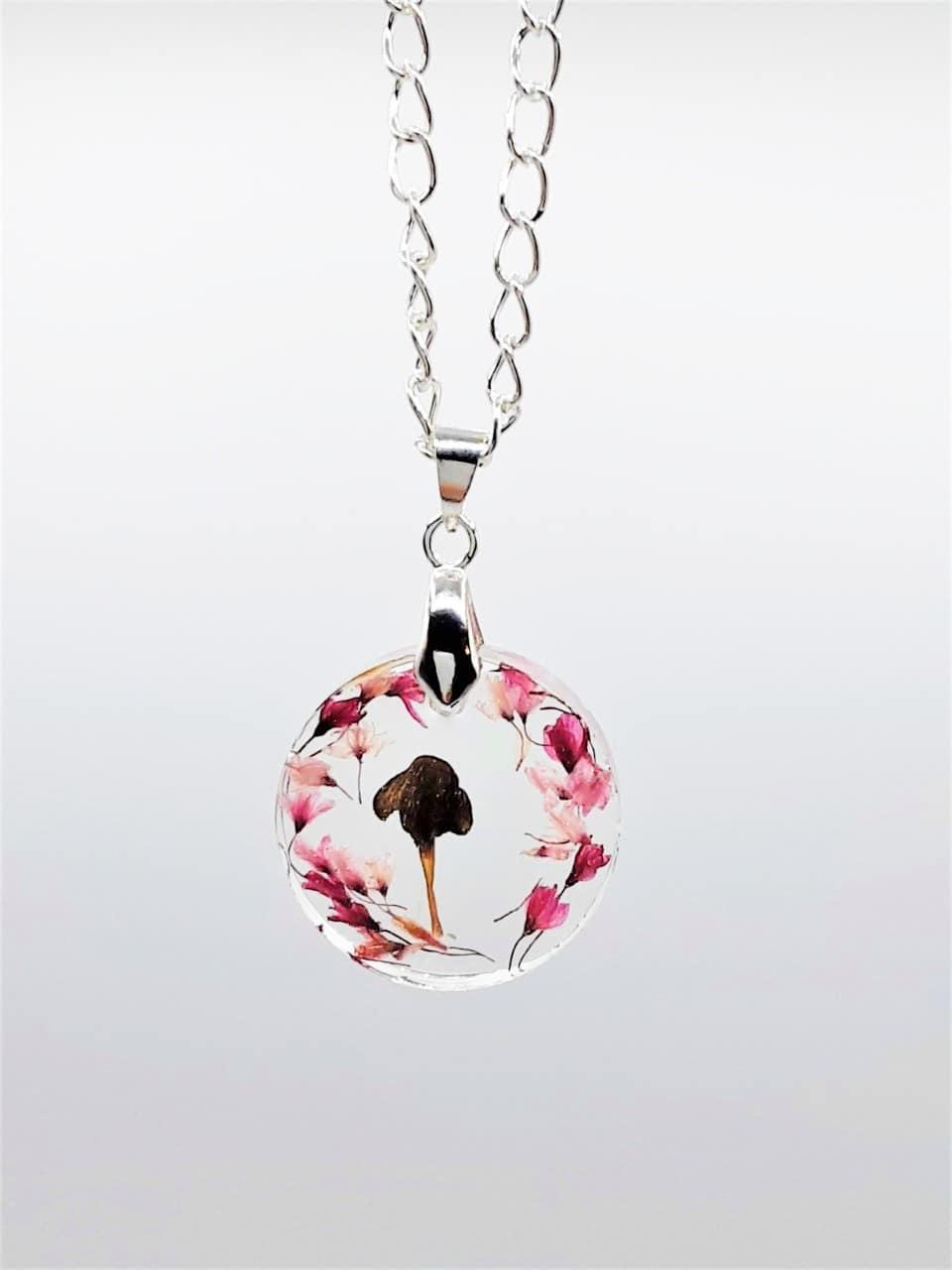 Pendentif de la gamme de bijoux résine d'Adaval bijoux avec incrustation de fleurs er de champignon
