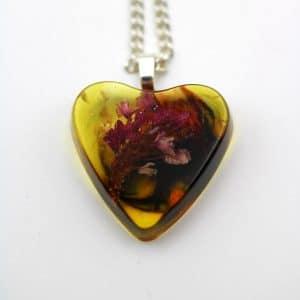 pendentif fleur coeur par Adaval Bijoux, Ici le pendentif est en résine jaune et inclusion de fleurs séchées
